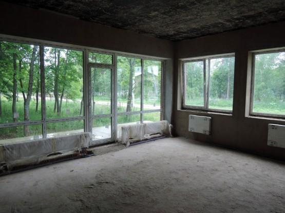 Просторная гостиная с панорамным видом