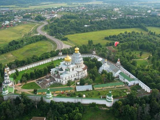 Новоиерусалимский монастырь в 6 км от поселка